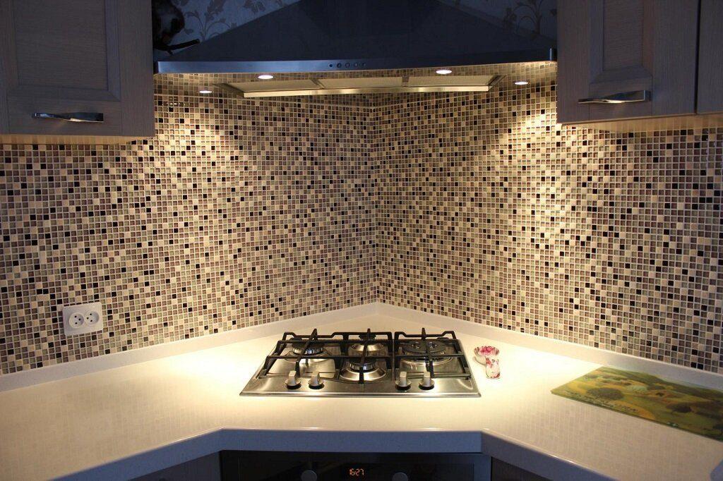 Kitchen Splashback Tile: Best Design and Decoration Ideas. Shallow dark and light mosaic
