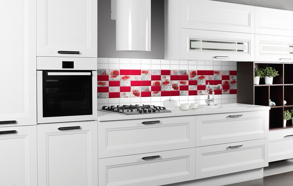 Kitchen Splashback Tile: Best Design and Decoration Ideas. Appetizing strawberry colored inlay of the kitchen