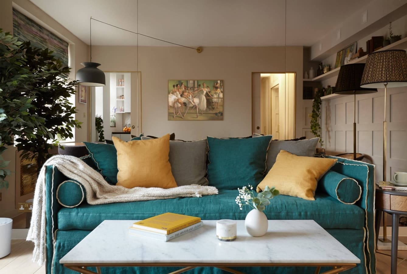Simple DIY To Decorate Your Sweet Home. Neat & cozy living room in traditional style with turquoise sofa in the center