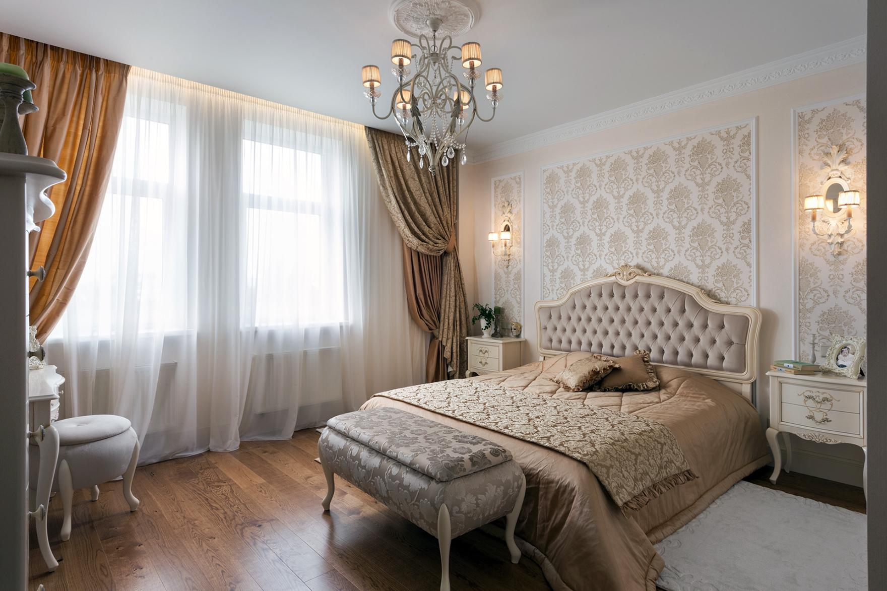 Nicely and simple decorated traditional bedroom with the ottoman