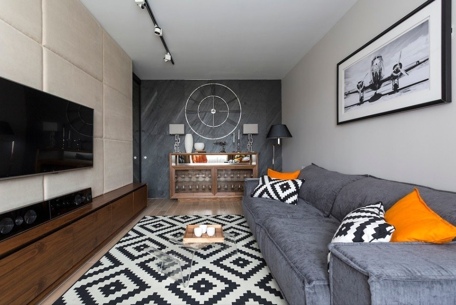 Rhombed black and white rug and same pattern pillows to create an exclusive atmosphere in the living room