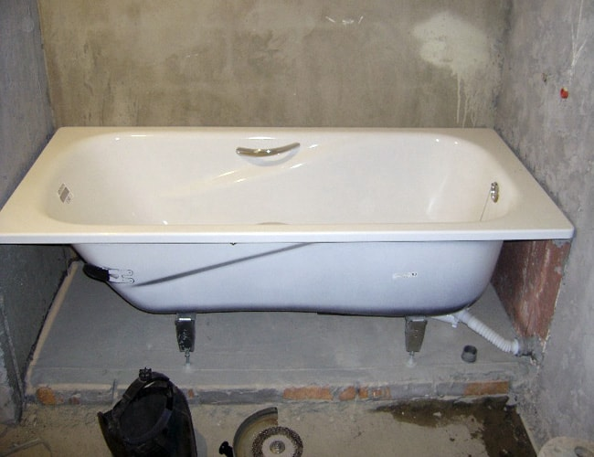 Great yet simple cast iron bathtub design in the renovated bathroom