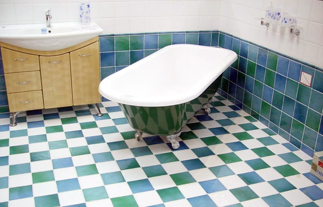 Which Bathtub is Better to Choose: Cast Iron, Acrylic or Steel? Classic design of the bathroom with emerald green and white tiles