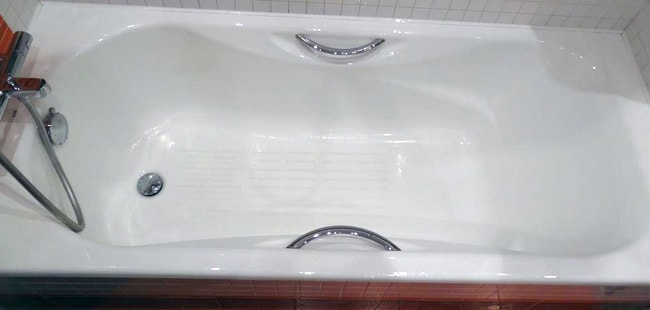 Which Bathtub is Better to Choose: Cast Iron, Acrylic or Steel? Modern designed glossy cast iron bathtub with handles