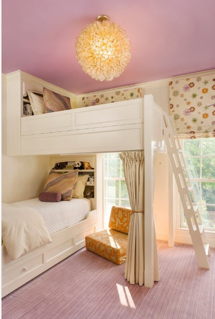 Kids room with tulle and curtains to delimit levels of the bunk bed