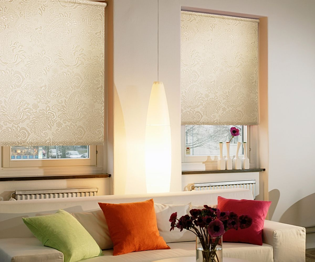Light creamy blinds with golden tint for casual living room with coloreful pillows