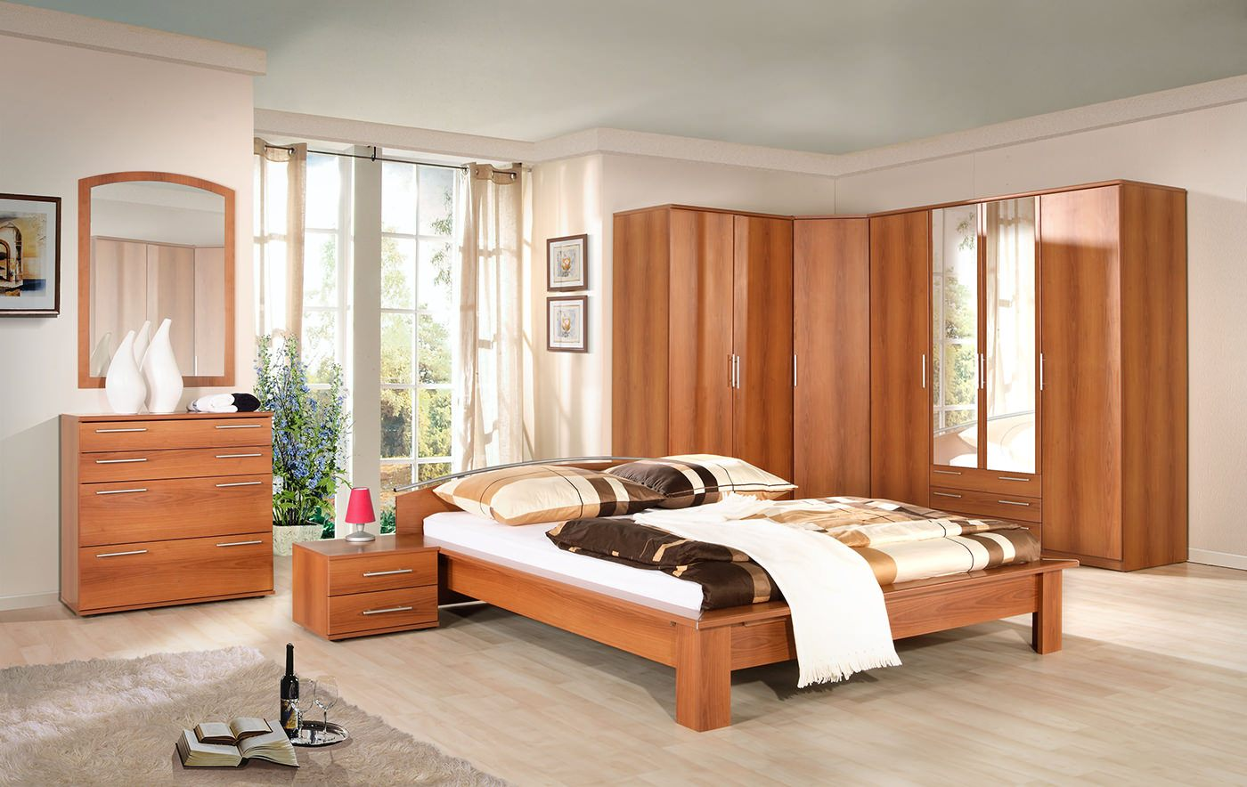 Corner Bedroom Furniture: Arranging Cozy Interior. Large king size bed on sturdy legs and Classic furniture set