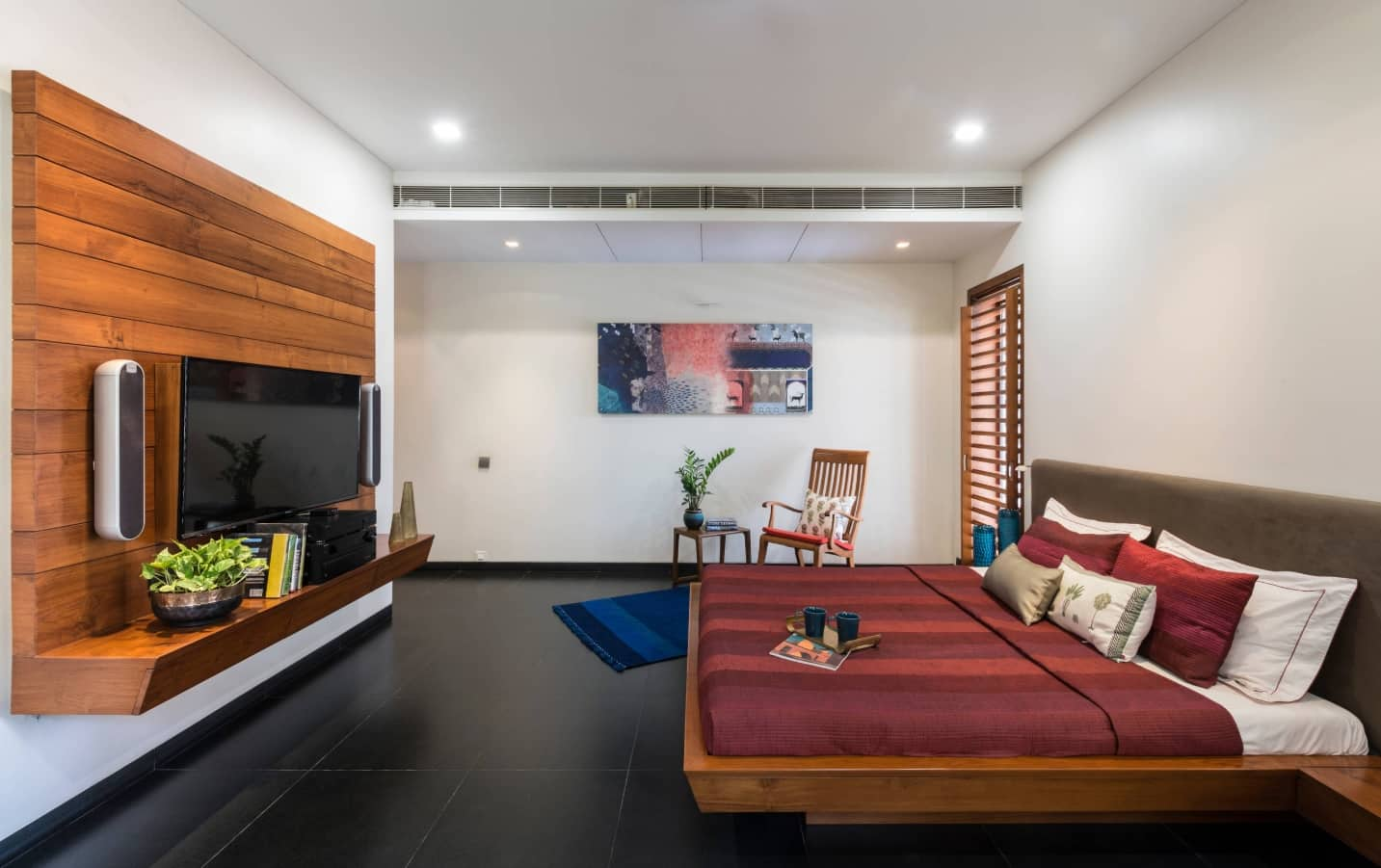 Simple Bedroom Decorating Ideas To Make Your Space Stand Out. Comfortable seaside space styled room with hovering platform bed