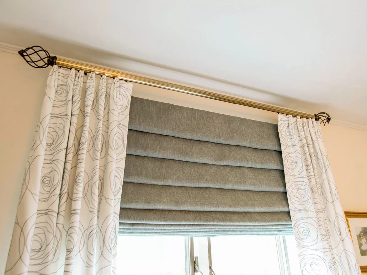 Nice combination of Roman blinds and tulle at one window