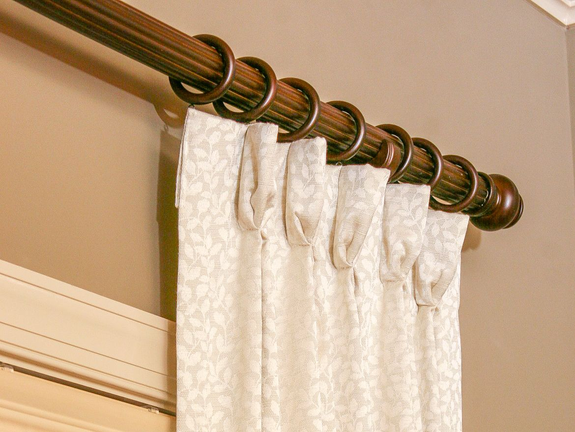 Simple plastic curtain rod
