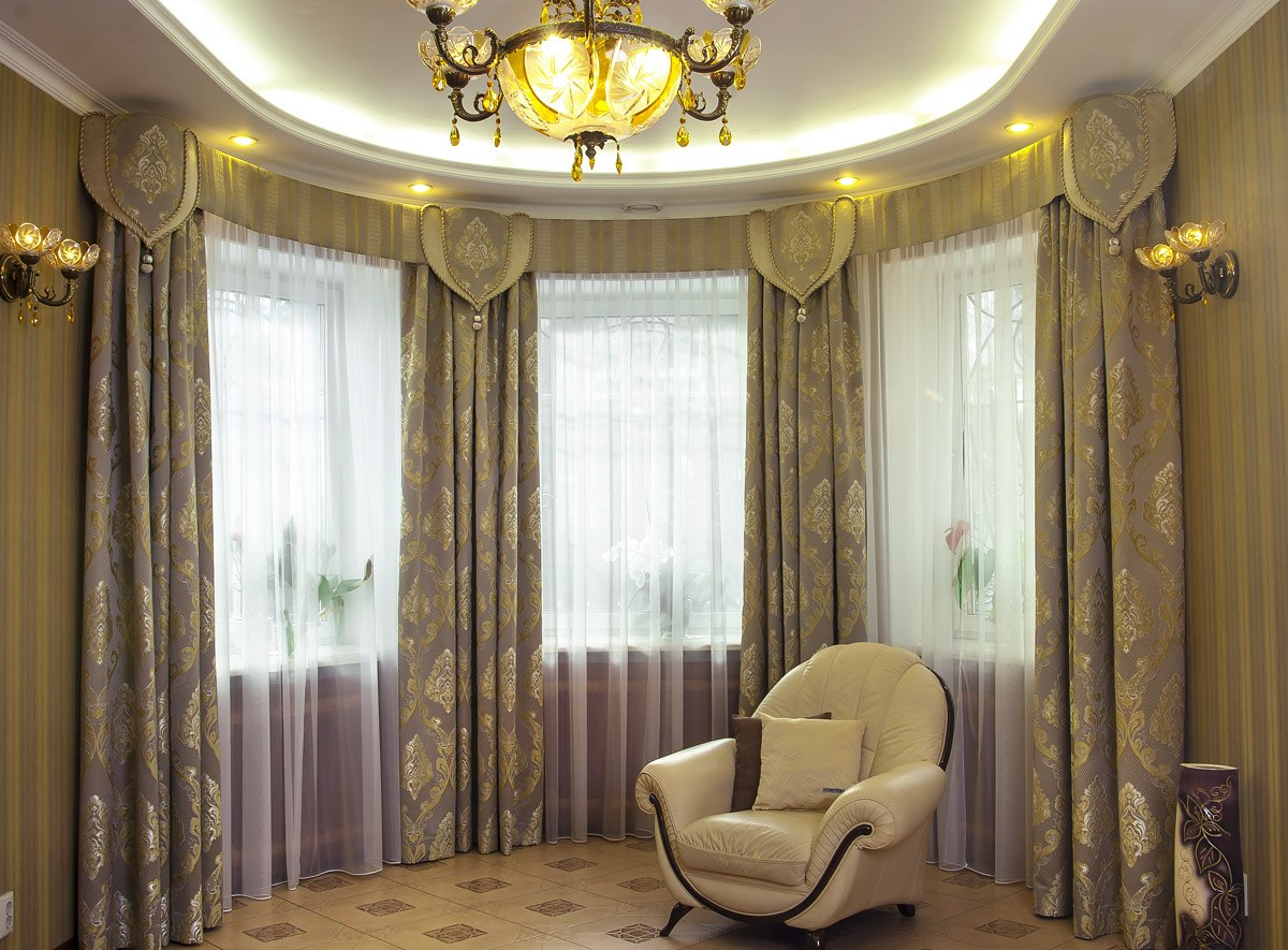 Semi-circular living room richly decorated with tulles and drapes