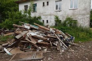 4 Tips When Getting Rid of Renovation Waste Effectively. Old house building trash
