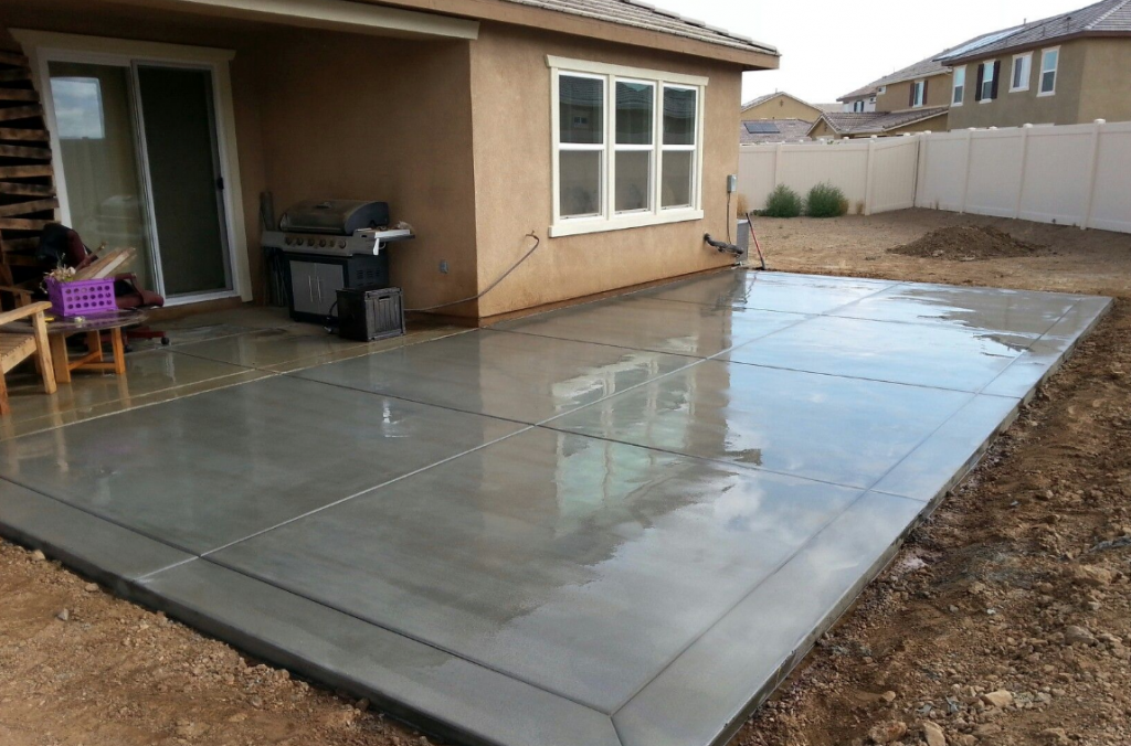 Tips For Choosing A Good Commercial Concrete Contractorю Pouring the house deck with concrete