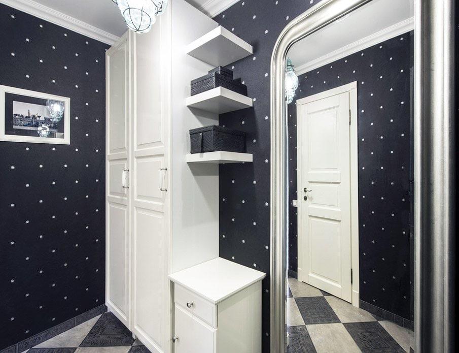 Wallpaper in polka dots in the hallway