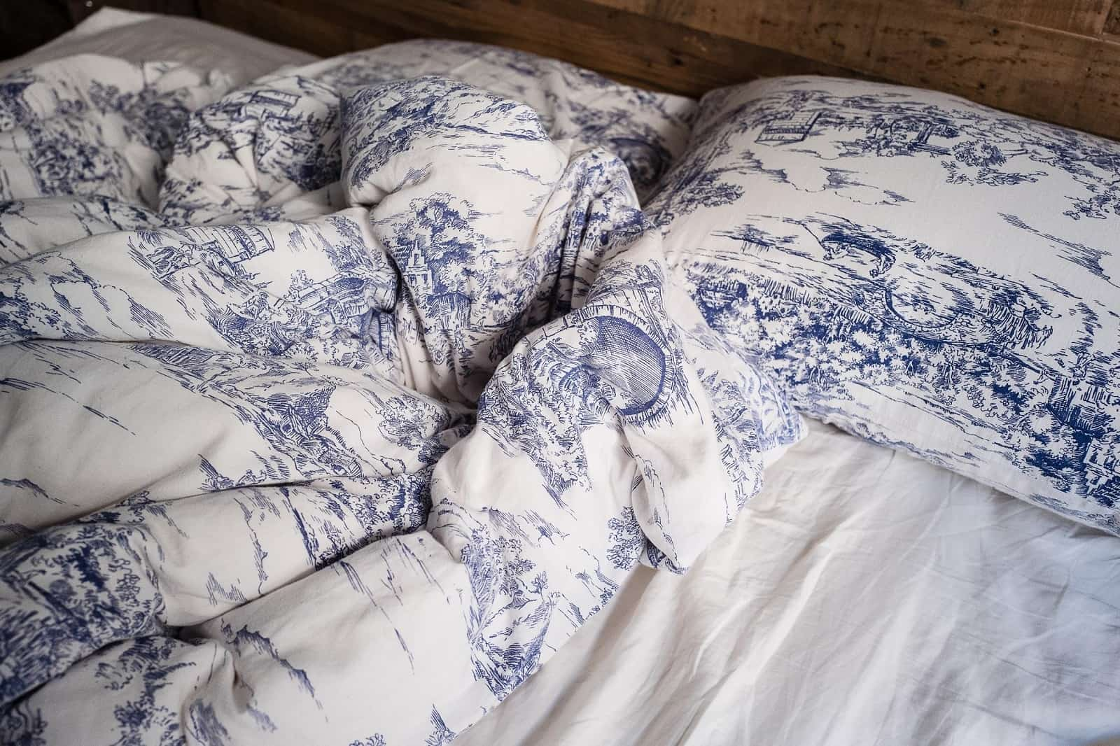 Choosing The Perfect Bed Sheets: Should You Choose Bamboo Sheets? Nice cozy white linen with blue pattern