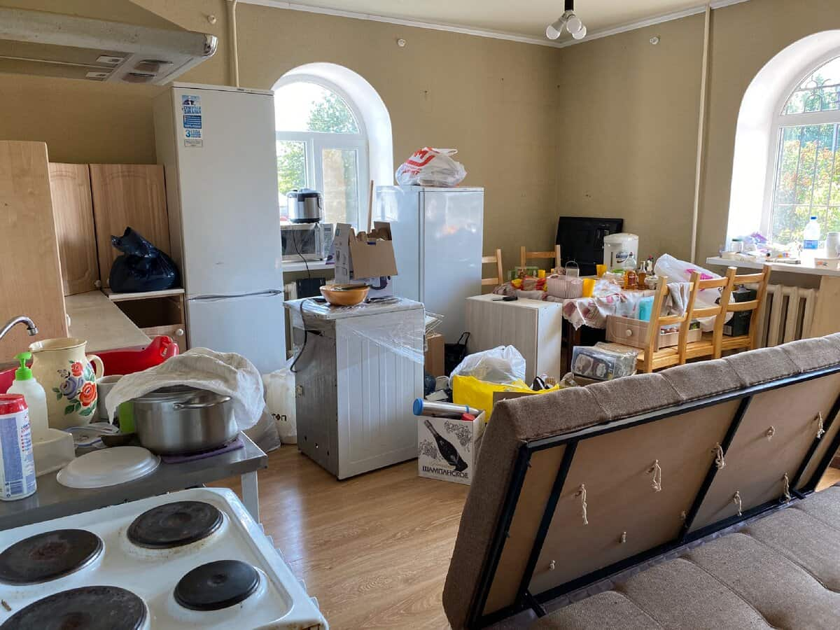 How to Pack the Kitchen for Moving. Collecting all the things in the boxes