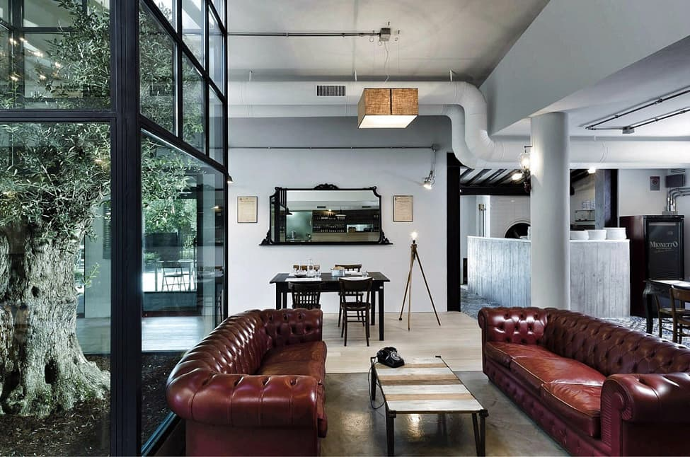 Urban Style Interior Design: The Essence of Big City at Home. High ceiling in the open plan living room with exposed vents