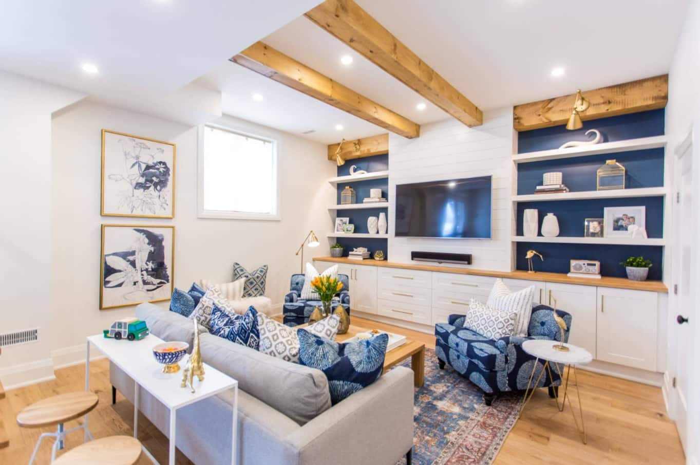 5 Steps to DIY Designing on a Budget. Exposed ceiling beams, blue touch with interior elements and open shelves at the accent wall in the living room