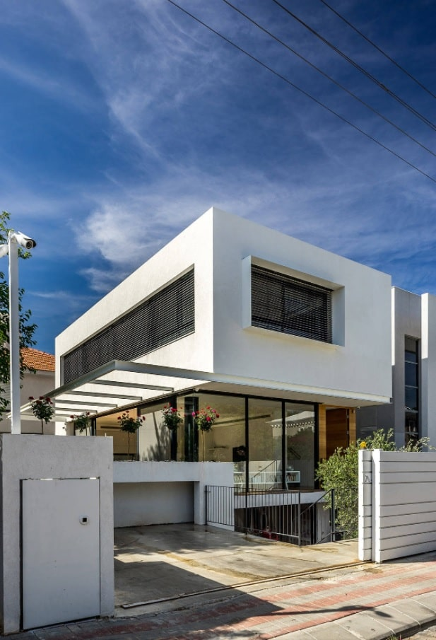 Modern house of concrete modules and with glass fence