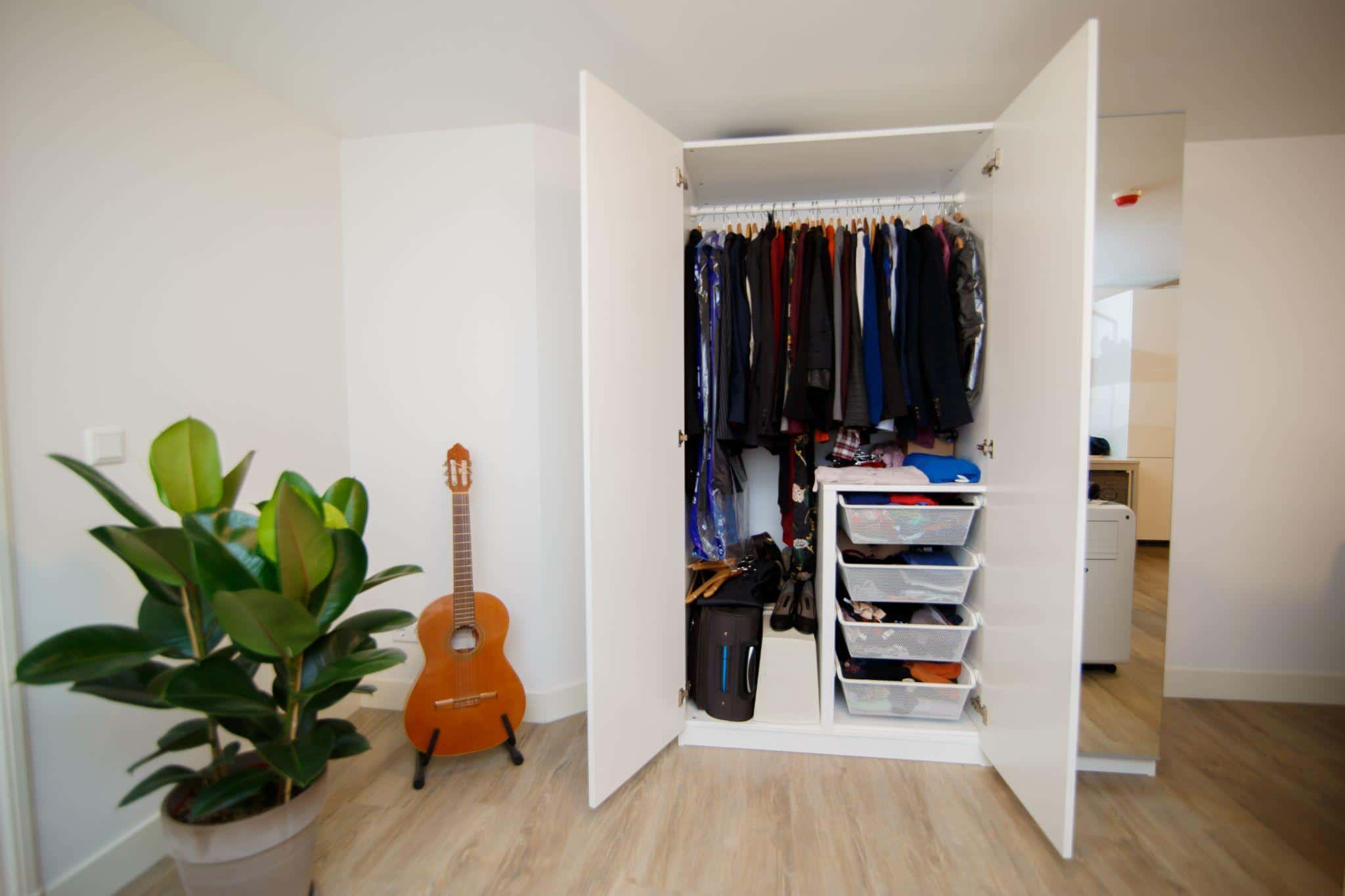How to Organize Built-in Wardrobes in Small Bedrooms