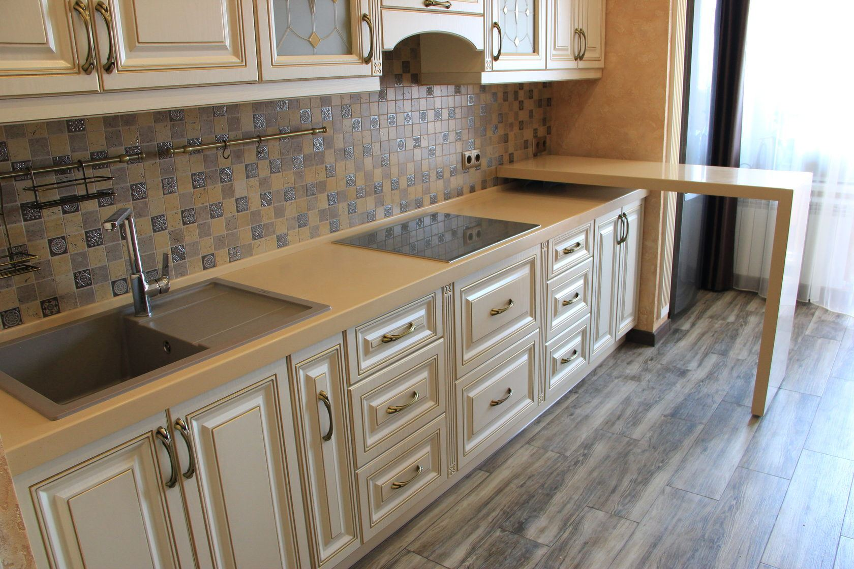 Classic kitchen design in pastel colors with mosaic tile backsplash and laminated floor