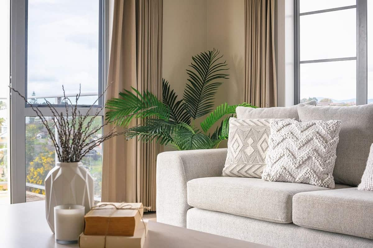 Home Decor Tips: How To Make Your Home Look Stunningю Simplu decorated living room with the large plant and table decoration