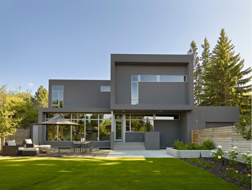 High-tech Style Houses: Fresh Ideas for Individual Projects. Concrete fortification looking mansion with trimmed lawn