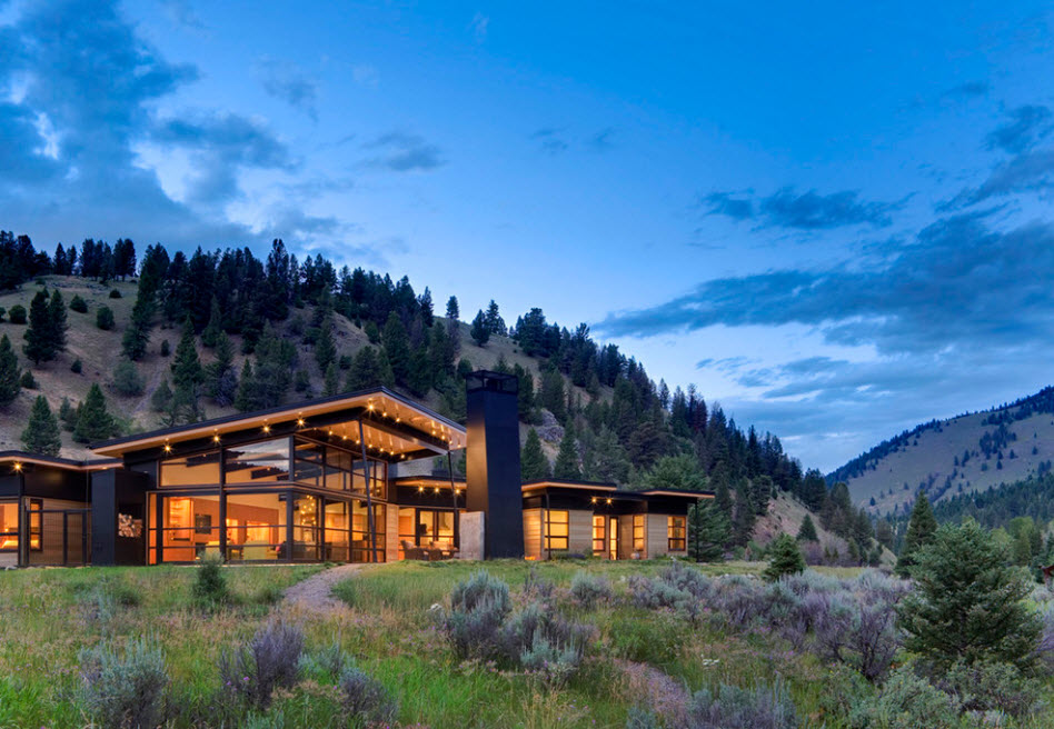 Forest house with touch of chalet and strictnes of modern high-tech among the mountains